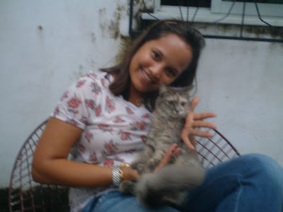 Renata Góes acaricia gata Renata