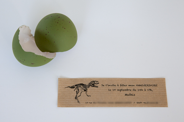 invitation cachée dans l'oeuf de dinosaure