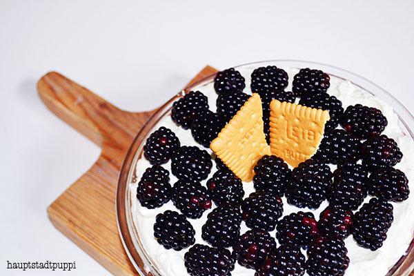 leckere Brombeeren mit Sahne, Butterkeks, Mascarpone und Ahornsirup, Rezept von hauptstadtpuppi