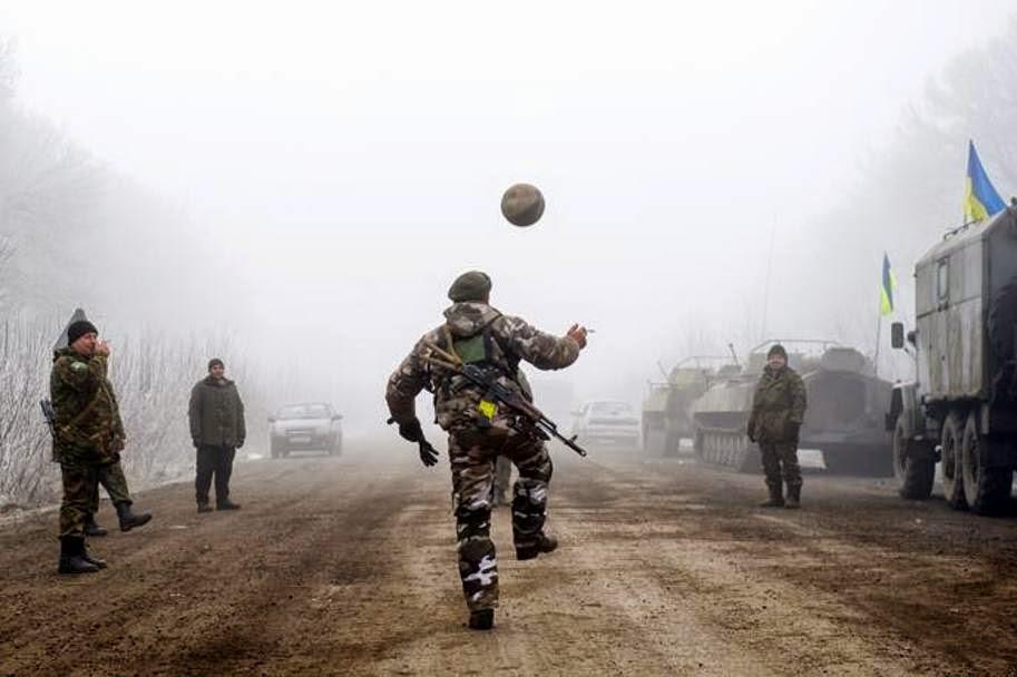 Soldati ucraini giocano a calcio. fotosportnotizie.com