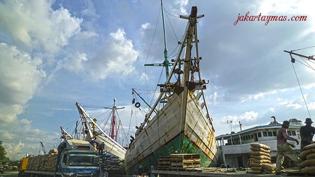 Barcos y camiones en Sunda Kelapa puerto de Yakarta