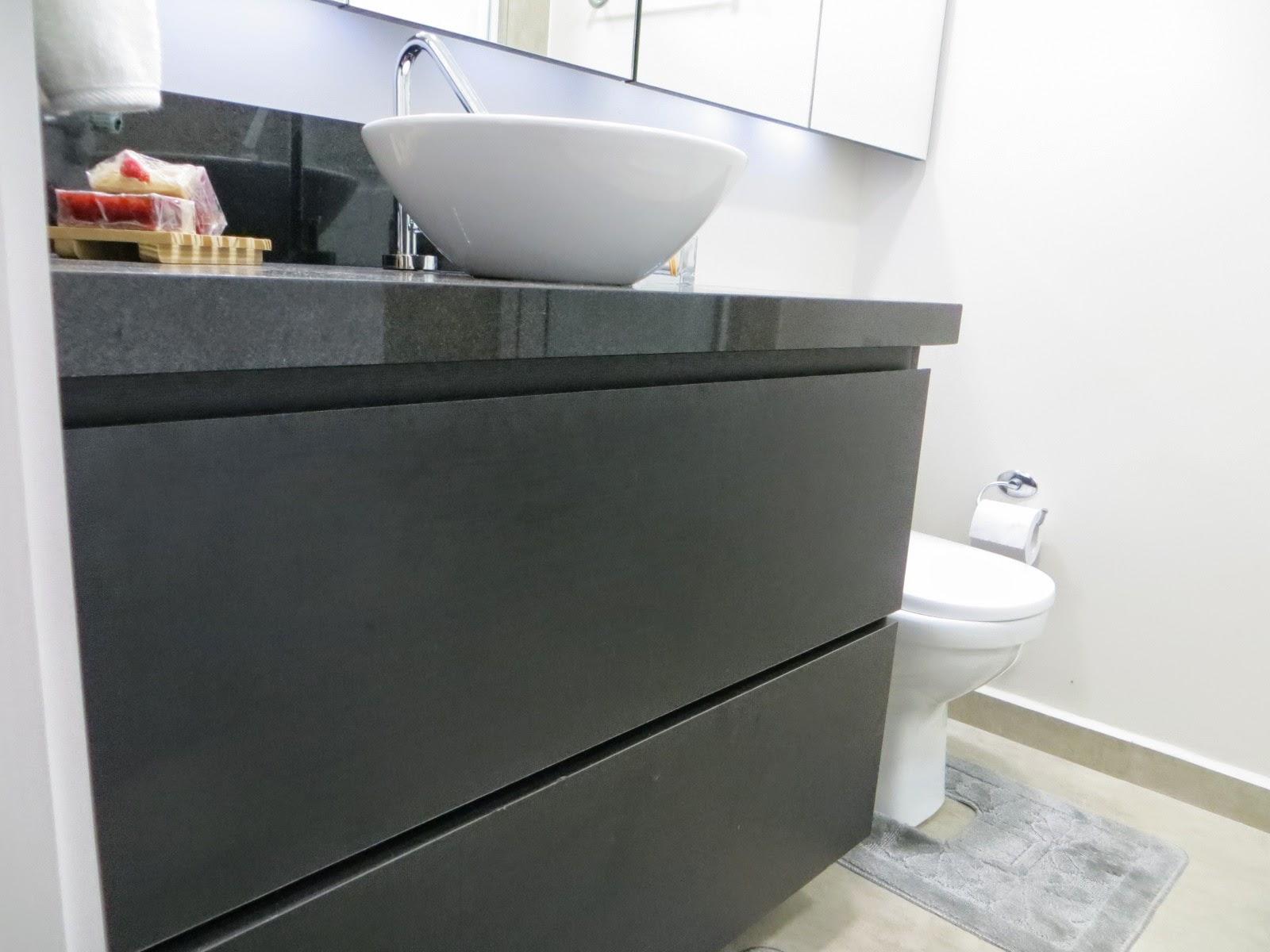 Banheiro com armário superior em espelho e armário inferior com uma  #7C664F 1600x1200 Armario Banheiro Superior