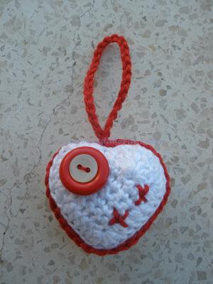 Corazón realizado a crochet relleno con guata y con una cadeneta para utilizarlo de colgante