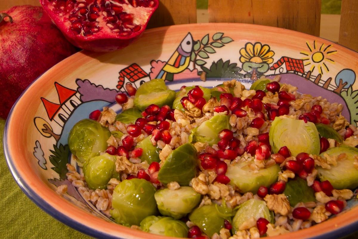 insalata autunnale di farro con cavolini di bruxelles, noci e melograno