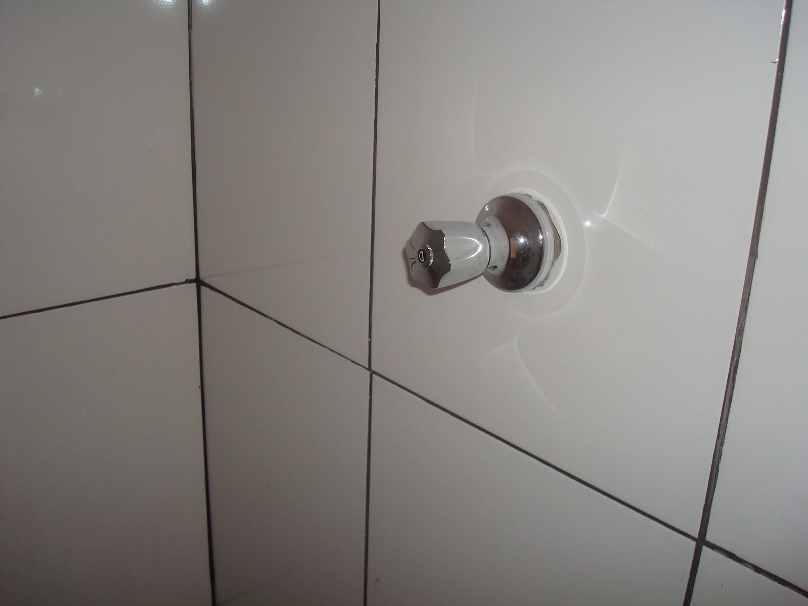 Rejunte preto em piso branco o campeão do mau gosto! #453F3B 1600x1200 Banheiro Branco Com Rejunte Azul
