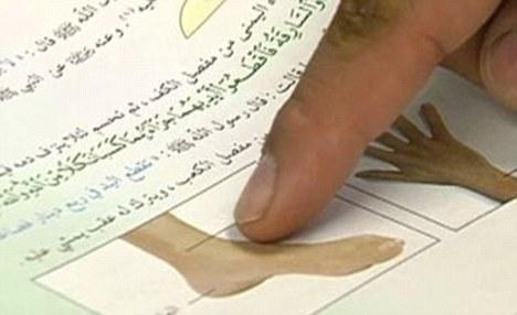 Buku teks sekolah Arab yang tunjukkan bagaimana untuk mengerat tangan dan kaki di bawah undang-undang Syariah