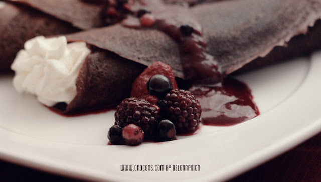 Crepes de chocolate con nata y frutas del bosque