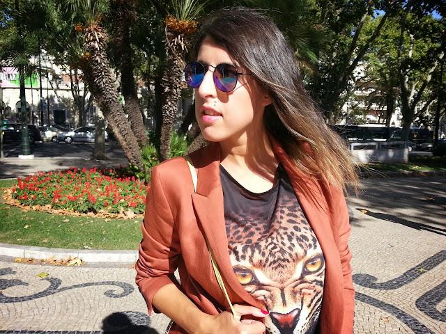 Grrr . Gafas de sol redondas. Camiseta con cara de leopardo.