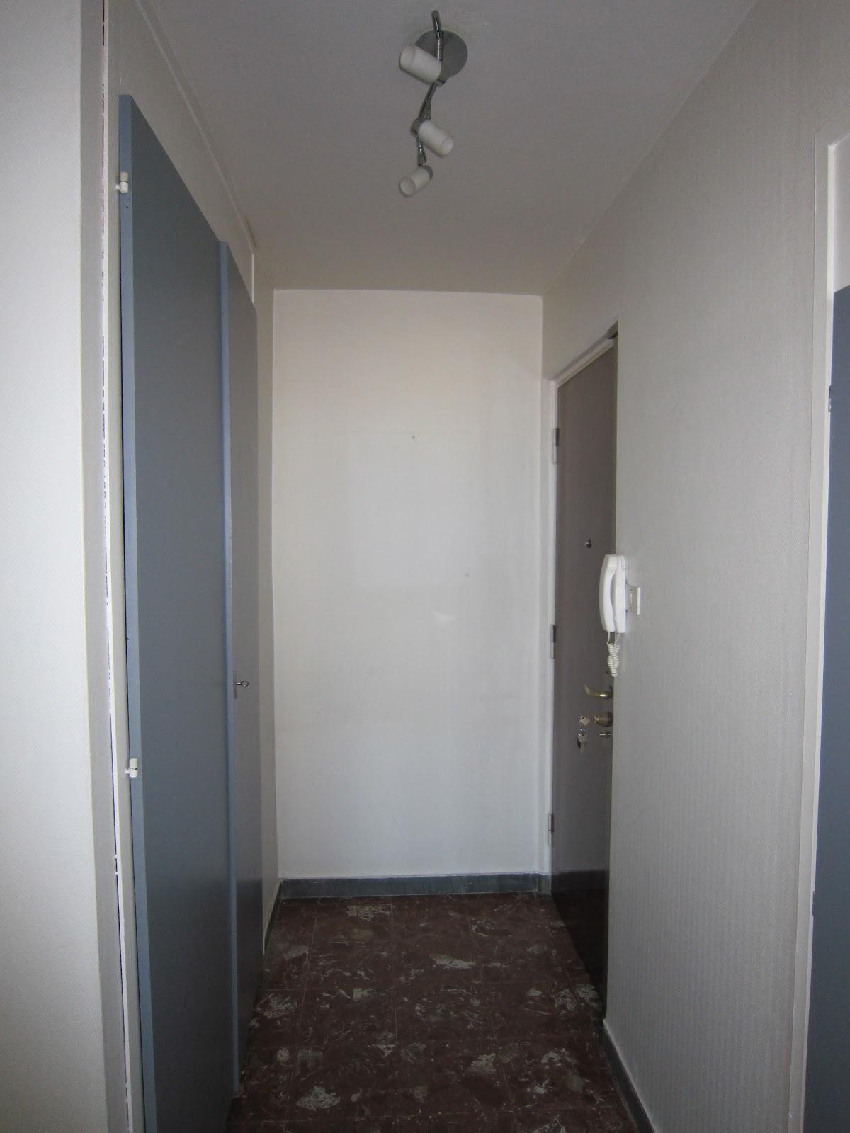 plinthe couleur mur dans la chambre les murs couleur pavilion blue farrow ball et les with. Black Bedroom Furniture Sets. Home Design Ideas