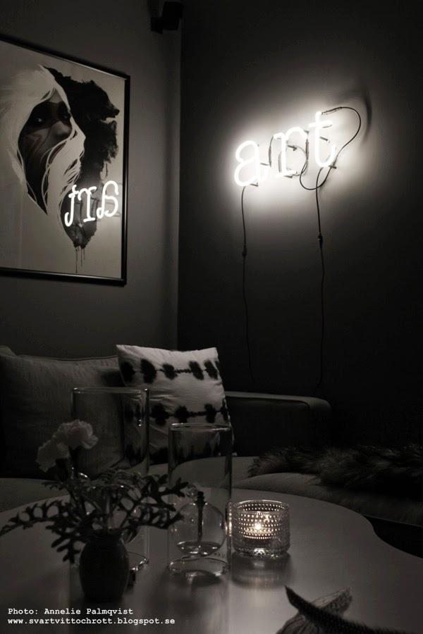 neon, neonljus, neonbokstav, neonbokstäver, neonbelysning, belysning, ljus, väglampa, vägglampor, grått och vitt, grå tygsoffa, tygsoffor, oljelampa, oljelampor, tavla, tavlor,