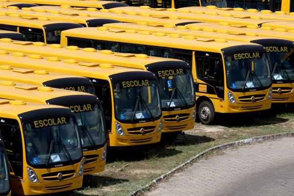 Governo do Estado entrega 100 novos ônibus escolares com a presença do ministro Aloizio Mercadante