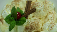 Bolas de merengue sobre creme de hortelã