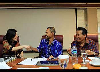 Grace Natalie bersama Benny dan Sumino dari Walhi dan DPD