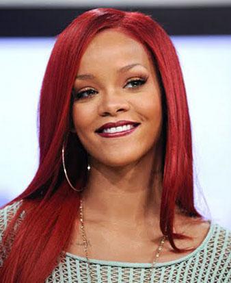 Rihanna kızıl uzun saçlarına düz fön çektirmiş ve saçlarının birçoğunu yana atarak oldukça bebeksi bir görünüme kavuşmuştur. Ünlü yıldız düz saç modeli ile masum bir ifadeye sahip olmuştur.