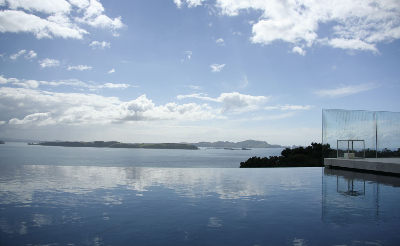 Infinity pool design at the edge of the sea in ibiza spain for Pool design new zealand