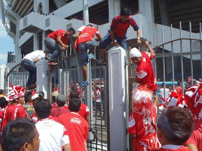 Terkini DI STADIUM BUKIT JALIL Kelantan Vs Johor Darul Takzim 29 Jun 2013 | GEMPAR ! PINTU STADIUM BUKIT JALIL DIPECAH.!!! ( Bergambar )