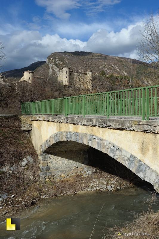 le pont au dessus de l'Oule avec le village de la charce en fond photographie pascal blachier