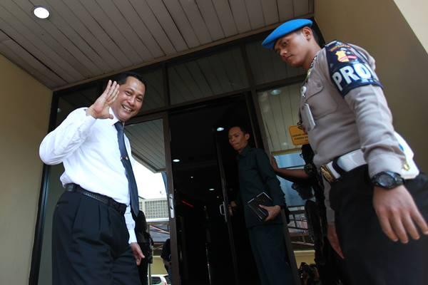 Ini Penyebab Jokowi Tak Lantik Budi Waseso - Kepala Bareskrim Polri Kom. Jend Pol Budi Waseso melambaikan tangan usai memberikan keterangan kepada wartawan terkait pemberitaan tentang pencopotan jabatannya sebagai Kepala Bareskrim Polri di Bareskrim Mabes Polri, Jakarta, Rabu (2/9).