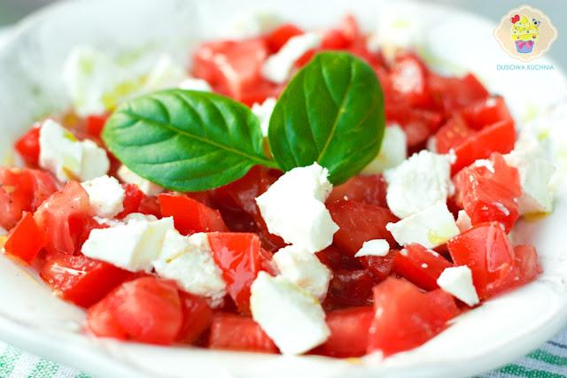 sałatka z pomidorów i fety, pomidory z fetą, pomidory z fetą przepis, przepis na włoską sałatkę