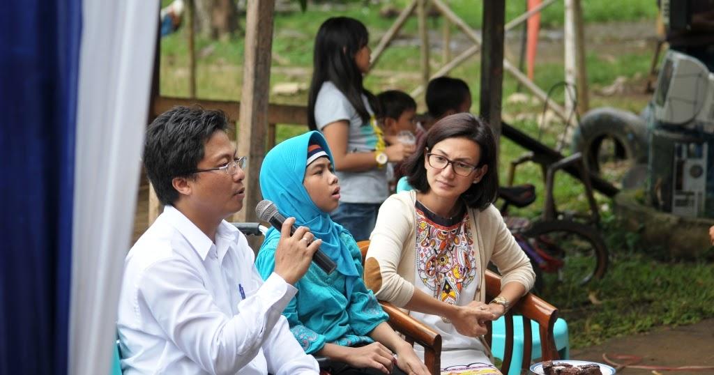 Yasmin bersama sang Ayah saat mengunjungi komunitas literasi (dok/venayasa.com)