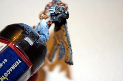 Warhammer 40000 Logan Grimnar con la capa pegada vista desde abajo