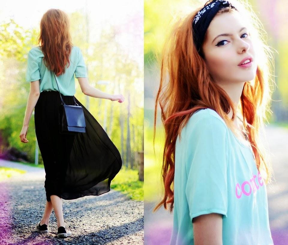 saia longa preta, camiseta azul, lenço no cabelo
