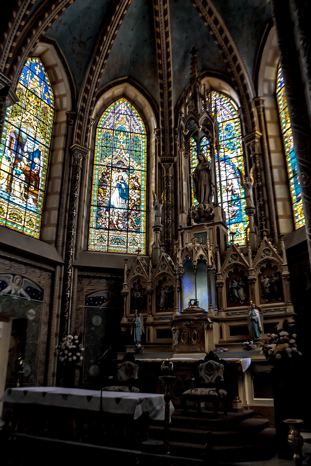 Altar y vitrales de la Basílica del Voto Nacional, Quito, Ecuador