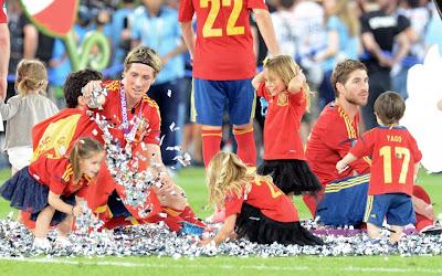 Sergio Ramos y Fernando Torres con niños