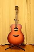 色々なジャンルで万能に使われるのがこのアコースティックギターです。