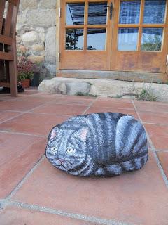 Piedra pintada a mano con gato