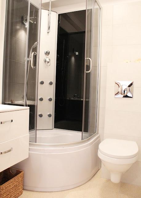 kabina z hydromasażem, stalaż pod wc umywalka z szafką wiszącą,inspirace mała łazienka