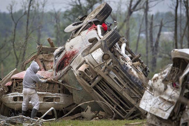 TRES DIAS DE VIOLENTOS TORNADOS DEJAN 35 MUERTOS EN EU