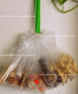 http://clarabelen.com/inspiraciones/2139/como-organizar-las-manualidades-con-fundas-de-cd-bolsas-y-anillas/