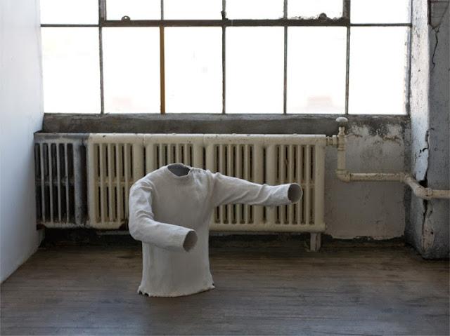 mathilde roussel artiste francaise vit a new york, sculpture empreinte pull marin déboutonné , symbolique de l'absence dans l'art actuel