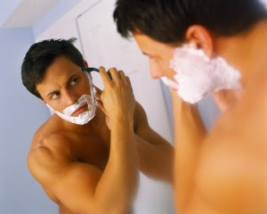عادات سيئة عند الرجال تزعج الزوجات , رجل يحق ذقنه,man shaving