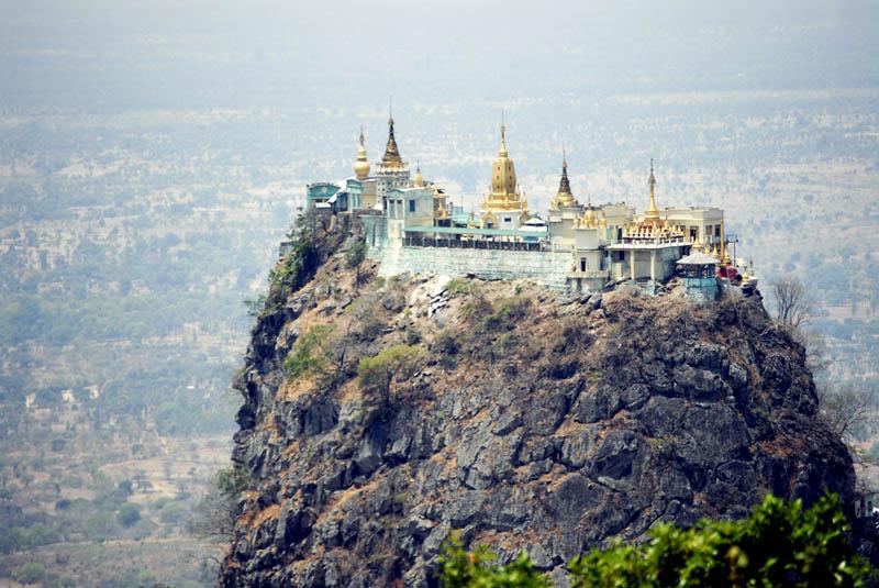 O Mosteiro Taung Kalat, está localizado no centro da Birmânia (Myanmar), mais precisamente no topo do Monte Popa.