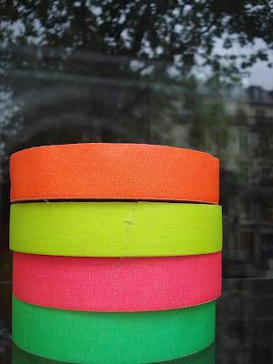 Spezialladen mit Neonklebeband auf dem Boulevard des Filles du Calvaire
