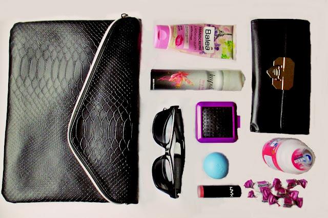 What's in my Bag? Pink Room Blog Hanstasche Primark Blogger Blogging germanblogger german english deutsch Blog whatsinmybag Balea Deo Impulse Eos Sonnenbrille H&M Ebelin DM