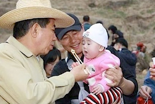 Funny picture: Chinese man with food and jealous baby