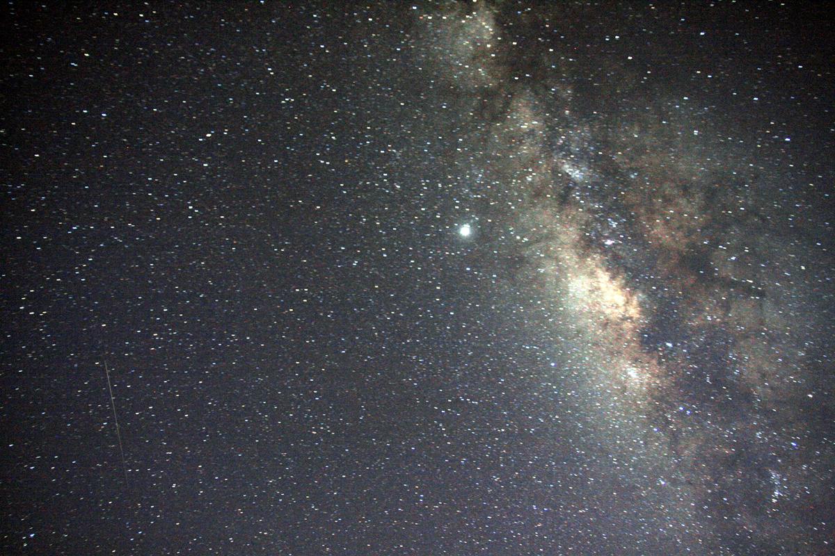http://3.bp.blogspot.com/-nO8S2AFop8s/TwtXq2zfYLI/AAAAAAAABvU/Dp6KjfFVEV4/s1600/Milky_Way_Galaxy_and_a_center.jpg