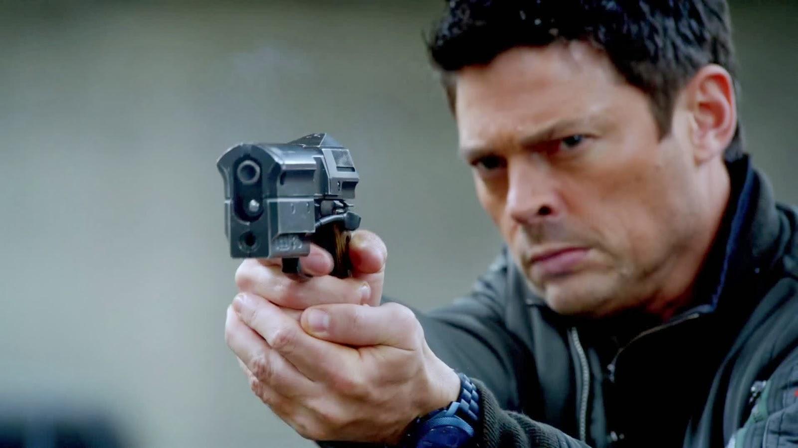 KARL URBAN voulait que son gun soit le plus massif possible dans le    Karl Urban Almost Human Gun