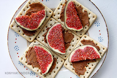 almond_butter_cracker_with_fresh_fig_slices