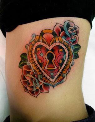 Tatuagens de coração nas costelas femininas