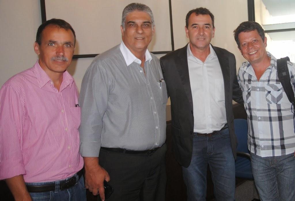 Secretário Wanderley Peres, prefeitos de S. M. Madalena, Fernando Duarte, e de Cantagalo, Saulo Gouvêa, e o Secretário de Cordeiro, Alessandro Concy
