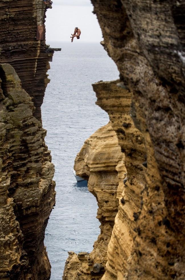Колумбиец Орландо Дюк совершает прыжок со скалы во время серии Red Bull Cliff Diving World Series. Азорские острова, Португалия.
