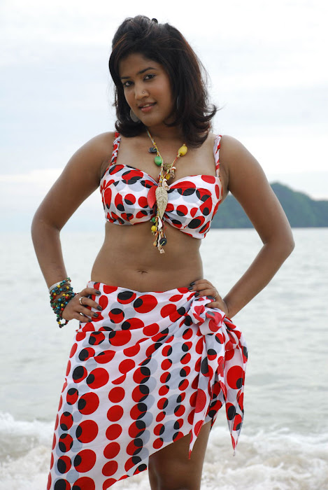 sowmya spicy from mugguru movie, sowmya exposing glamour  images