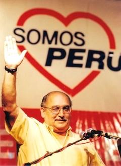 Alberto Andrade Carmona levantando la mano