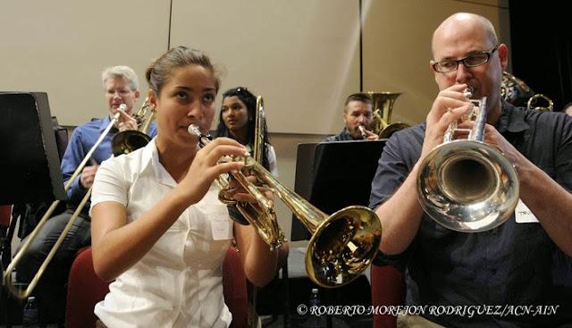 Estudiantes de la Orquesta Juvenil del Conservatorio Amadeo Roldan intercambian con integrantes de la Orquesta Sinfónica de Minnesota, durante el ensayo realizado en el Teatro Nacional de Cuba, en La Habana, el 15 de mayo de 2015