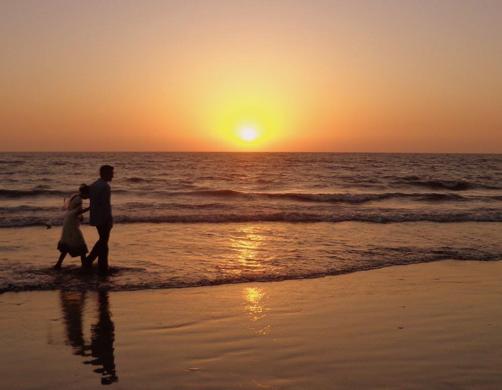 Travel India Couple Walking And Sunset At Juhu Beach Mumbai