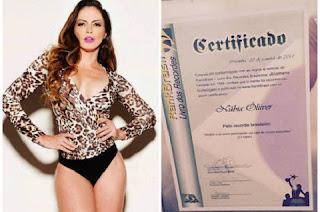 Aos 41 anos, Núbia Ólliver bateu o recorde brasileiro de mais ensaios nus já feitos. A modelo tirou as roupas para as câmeras 16 vezes, e detém o título de recordista pelas 15 vezes em que estampou capas de revistas masculinas.